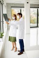 Vista vertical de médicos en máscaras con rayos x. foto