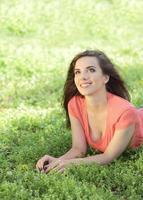 mujer tendida en la hierba y mirando hacia arriba foto