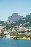 Dio una piedra vista desde la laguna Rodrigo de Freitas en Río de Janeiro. foto