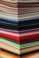 pila de papel de colores foto