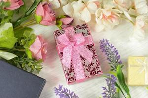 cajas de regalo con flores foto