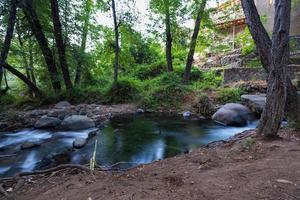 Corriente de agua pura que fluye sobre terrenos montañosos rocosos en el bosque de Kakopetria en Troodos, Chipre foto