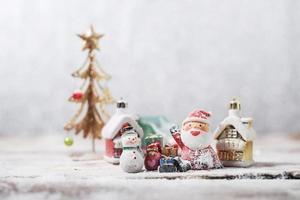 muñeco de nieve y santa claus listo para navidad foto