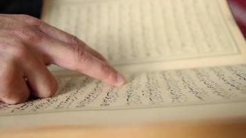 musulmán rezando leyendo el corán mezquita ramadán video