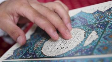 musulmán orando leyendo el corán video