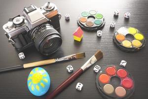Varios objetos en la mesa de madera negra. foto