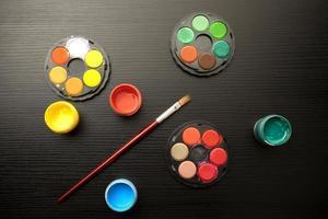 herramientas de pintura sobre una mesa negra foto