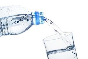 vertiendo agua limpia en el vaso foto