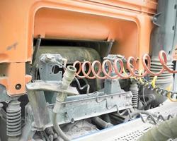 Vista posterior de la cabina de un camión con cables enrollados foto