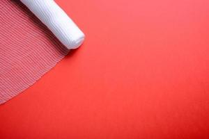 Vendaje estéril sobre fondo rojo. foto