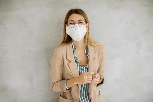 mujer de negocios, en, anteojos, y, máscara foto