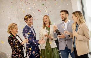 profesionales brindando con confeti cayendo foto