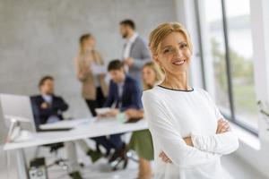 mujer frente a una reunión de negocios foto