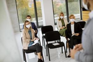 personas enmascaradas en una reunión. foto