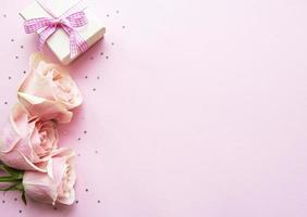 caja de regalo y rosas rosadas foto