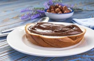 untar crema de avellanas en el pan foto