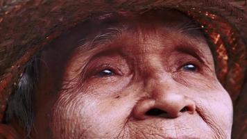 Cerca de un anciano asiático video