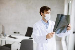 profesional médico mirando una radiografía foto