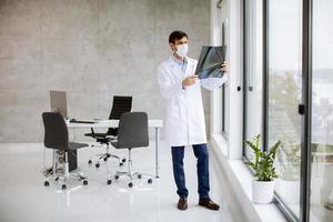 doctor mirando una radiografía foto