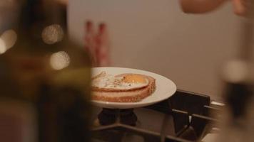 Hände der Frau, die Spiegelei und Schnittlauch auf Sandwich arrangiert video