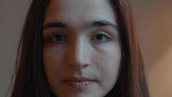 Mujer levantando la cabeza mirando a la lente de la cámara y girando la cabeza video
