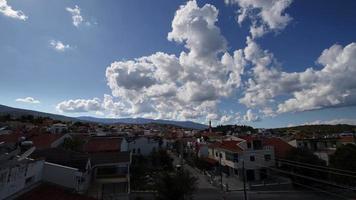 en liten stad hus och moln video