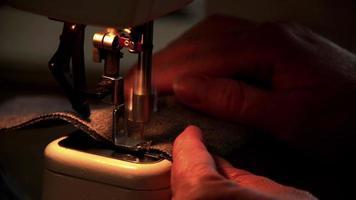 máquina de coser en luz amarilla video