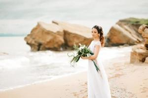 joven novia en una playa de arena foto