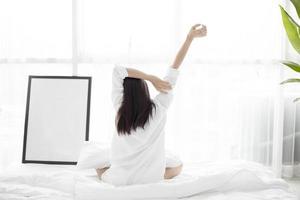 mujer acostada en la cama foto