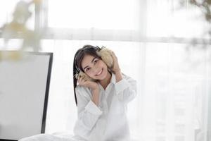 mujer asiática, llevando, borroso, orejeras foto