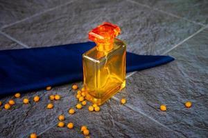 perfume dorado y frasco de perfume. foto