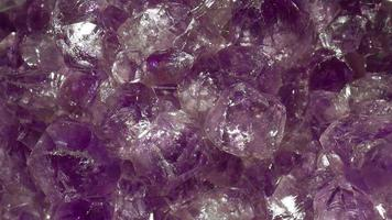 Ultra macro shot de una amatista mineral púrpura girando video