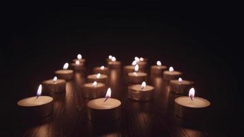 Petites bougies à thé brûlant lentement, fond défocalisé video
