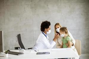 doctor revisando la temperatura del niño foto