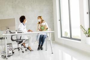 niño y padre tomando con médico foto