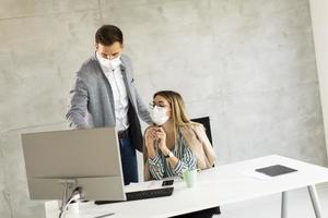 profesionales de negocios con máscaras foto