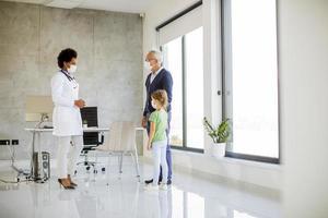 abuelo y nieta hablando con un médico foto