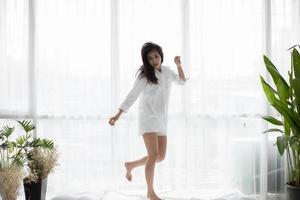 mujer en pijama en el dormitorio foto