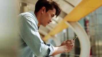 hombre joven que usa un teléfono móvil en una ciudad urbana video