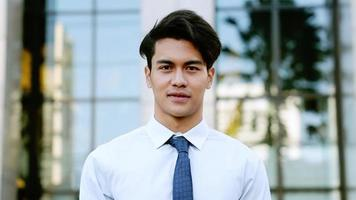 retrato, de, un, feliz, joven, hombre de negocios video