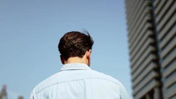 hombre joven que usa el teléfono móvil en la ciudad video