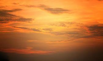 cielo anaranjado del atardecer foto