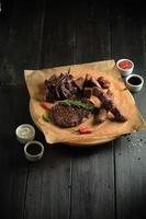 Carne con hueso sobre una tabla de madera menú de catering foto