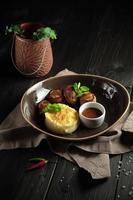 Rollos de carne de tocino con puré de patatas menú de catering foto