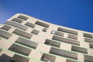 Vista del suelo de un moderno edificio residencial de varios pisos. foto