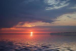 increíble puesta de sol en el océano foto