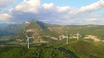 turbinas de viento en un paisaje de colinas video