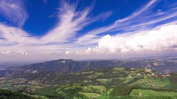 nubes moviéndose rápidamente sobre un paisaje rural video