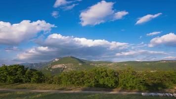 corriendo nubes sobre las montañas video