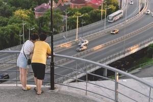 jóvenes un chico y una chica mirando el puente dorado foto